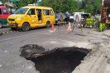 Aspal Jalan di Medan amblas