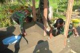 Babinsa Koramil 1701-23/Skanto bangun jamban di dua kampung Arso