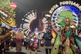 Kostum Tugu Khatulistiwa meriahkan Pawai Budaya Nusantara