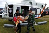 Prajurit TNI dampingi korban banjir di Konawe Utara, Sultra
