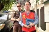 Terdakwa kasus dugaan penghilangan barang bukti pengaturan skor, Joko Driyono dikawal petugas saat bersiap menjalani sidang dengan agenda pembacaan tuntutan di Pengadilan Negeri Jakarta Selatan, Jakarta, Kamis (4/7/2019). Jaksa Penuntut Umum menuntut mantan pelaksana tugas (Plt) Ketua Umum PSSI itu dengan hukuman dua tahun enam bulan penjara. ANTARA FOTO/Aprillio Akbar/nym.