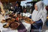 Peserta menata berbagai menu makanan khas daerah dari ikan laut pada festival kuliner tradisional 2019 di Taman Sulthanah Ratu Safiatuddin, Banda Aceh, Jumat (5/7/2019). Festival kuliner tradisional yang bertujuan mewujudkan Aceh sebagai destinasi wisata halal dunia diikuti ratusan peserta dari 23 kabupaten kota dan dimeriahkan dengan berbagai menu tradisional nasional serta internasional. (Antara Aceh/Irwansyah Putra)