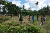 Satgas Yonif PR 328/DGH buat lapangan volly di Kampung Ifia-fia