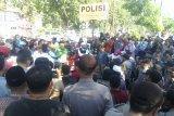 Ratusan orang demonstrasi ke Polda -dan DPRD terkait berita hoax Gubernur  Sulteng