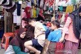 Penjualan seragam sekolah di Pasar Raya Padang meningkat