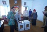 KPU Bantul membuka kotak berisi rekapitulasi pemilih DPT dan DPK