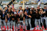 Juara Piala Dunia Putri AS tiba di Bandara Internasional Newark Liberty dengan pesawat carteran