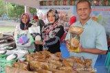 Petugas memperlihatkan produk Walini dari PTPN Group di Anjungan PTPN I Langsa di Police Expo, Banda Aceh, Selasa (9/7/2019). PTPN Group melahirkan sebuah produk yang diberi nama Walini, diantaranya seperti gula pasir, minyak goreng, kopi, gula, teh, yang di jual dengan harga murah. (Antara Aceh/Khalis)