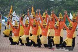 Anggota Polri berpakaian adat menampilakan tarian tradisional, Bungong Jumpa Aceh, seusai upacara memperingati HUT ke 73 Bhayangkara Polri di Mapolda Banda Aceh, Aceh, Rabu (10/7/2019). Peringatan HUT ke 73 Bhayangkara Polri yang disi dengan atraksi safety riding dan tarian tradisional Aceh itu mengangkat tema, Semangat Promoter Pengabdian Polri Untuk Masyarakat, Bangsan dan Negara. (Antara Aceh/Ampelsa)