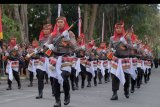 Polisi menampilkan senam senjata dalam memperingati Hari Bhayangkara ke-73 di Denpasar, Bali, Rabu (10/7/2019). Kegiatan tersebut dimeriahkan dengan lomba defile, atraksi motoris, senam senjata, dan parade alutsista. ANTARA FOTO/Nyoman Hendra Wibowo/nym.