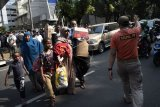 Sejumlah pencari suaka melintas untuk memasuki bus saat akan dipindahkan dari trotoar kawasan Kebon Sirih, Jakarta, Kamis (11/7/2019). Pemerintah DKI Jakarta memindahkan pencari suaka yang berasal dari Afganistan, Somalia, Sudan, dan Pakistan ke lahan bekas Markas Komando Distrik Militer (Makodim) Kalideres, Jakarta Barat. ANTARA FOTO/M Risyal Hidayat/nym.