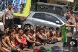 Polisi tangkap 'Bonek Mania' bersenjata tajam