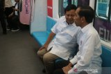 Jokowi dan Prabowo akrab naik kereta MRT bersama