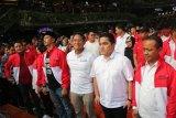 Milenial para pendukung Jokowi dan Prabowo membaur dalam merah putih