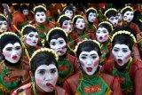 Penari berpose sebelum tampil pada pegelaran Bojonegoro Thengul International Folklore 2019 di Bojonegoro, Jawa Timur, Minggu (14/7/2019). Pegelaran yang bertujuan memperkenalkan Tari Thengul sebagai ikon budaya Bojonegoro tersebut menampilkan sedikitnya 2.019 penari Thengul dan memecahkan rekor MURI Tari Thengul kolosal 2.019 penari. ANTARA FOTO/Zabur Karuru/nym