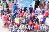 Rektor UP Prof Wahono Sumaryono bersama masyarakat ketika melakukan Program pembinaan dan penggerakan Ekonomi Kreatif di Kampung Kukuk Sumpung, Desa Gobang, Kabupaten Bogor, Jawa Barat.