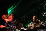 Dua personil grup musik Darmas dari Malaysia tampil dalam pagelaran Rainforest World Music Festival (RWMF) 2019 di Kampung Budaya, Sarawak, Malaysia, Sabtu (13/7/2019) malam. Dalam RWMF yang digelar Sarawak Tourism Board tersebut Darmas membawakan sejumlah karya musik memukau berirama Melayu tradisional yang dipadukan dengan Joget, Zapin dan Canggung khas Malaysia. ANTARA FOTO/Jessica Helena WuysangANTARA FOTO/JESSICA HELENA WUYSANG (ANTARA FOTO/JESSICA HELENA WUYSANG)