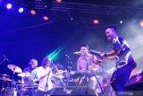 Grup musik Darmas dari Malaysia tampil dalam pagelaran Rainforest World Music Festival (RWMF) 2019 di Kampung Budaya, Sarawak, Malaysia, Sabtu (13/7/2019) malam. Dalam RWMF yang digelar Sarawak Tourism Board tersebut Darmas membawakan sejumlah karya musik memukau berirama Melayu tradisional yang dipadukan dengan Joget, Zapin dan Canggung khas Malaysia. ANTARA FOTO/Jessica Helena WuysangANTARA FOTO/JESSICA HELENA WUYSANG (ANTARA FOTO/JESSICA HELENA WUYSANG)