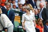 Jelang lengser, PM Inggris Theresa May menari