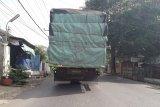 Warga keluhkan polusi asap truk besar yang melintas di jalan umum