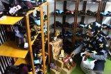 Pengunjung melihat kerajinan sepatu batik  yang dipajang di salah satu stand dalam Pameran Usaha Mikro Kecil Menengah (UMKM) Unggulan di Stadion Luar Gajayana, Malang, Jawa Timur, Rabu (17/7/2019). Pameran yang diadakan selama tiga hari tersebut merupakan upaya pengenalan serta penjajagan peluang pasar ekspor bagi produk UMKM unggulan. Antara Jatim/Ari Bowo Sucipto/zk