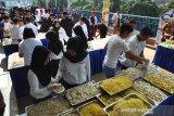 Sejumlah kru dan juru masak mempersiapkan tauge goreng saat Festival Kuliner 4000 Porsi Tauge Goreng Gratis di Lobby Raden Saleh, Mall BTM,Kota Bogor, Jawa Barat, Rabu (17/7/2019). Festival yang diselenggarakan Dinas Pariwisata dan Kebudayaan Kota Bogor dalam rangka Hari Jadi Bogor ke-537 tersebut untuk memperkenalkan kuliner khas lokal tauge goreng sekaligus mempromosikan pariwisata dan kebudayaan asli Kota Bogor. (Megapolitan.Antaranews.Com/Foto: Arif Firmansyah).
