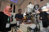 Pengunjung mengamati peralatan industri yang dipamerkan pada pameran 'Manufacturing Surabaya' di Surabaya, Jawa Timur, Rabu (17/7/2019). Pameran berbagai mesin, perlengkapan dan peralatan industri manufaktur itu berlangsung sampai 20 Juli 2019. Antara Jatim/Didik Suhartono/ZK