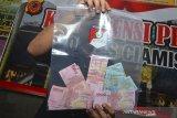 Kasat Reskrim AKP Hendra Virmanto menunjukan barang bukti serta tersangka pembobolan ATM pada gelar perkara di Polres Ciamis, Jawa Barat, Kamis (18/3/2019). Polres Ciamis mengamankan enam palaku pembobolan ATM dengan modus mengganjal mesin ATM saat penarikan uang tunai dari tujuh mesin ATM dengan total uang yang didapat sebesar Rp30 juta selama 21 aksi pembobolan. ANTARA JABAR/Adeng Bustomi/agr