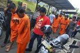 Polisi mendampingi sejumlah tersangka pembobolan ATM sebelum gelar perkara di Polres Ciamis, Jawa Barat, Kamis (18/3/2019). Polres Ciamis mengamankan enam palaku pembobolan ATM dengan modus mengganjal mesin ATM saat penarikan uang tunai dari tujuh mesin ATM dengan total uang yang didapat sebesar Rp30 juta selama 21 aksi pembobolan. ANTARA JABAR/Adeng Bustomi/agr