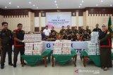 Wakil Kejaksaan Tinggi Aceh, Muhammad Yusuf (kedua kiri) bersama sejumlah pejabat utama menggelar barang bukti uang senilai puluhan miliar rupiah dalam kasus dugaan korupsi proyek pembangunan keramba jaring apung Kementerian Kelautan dan Perikanan di Banda Aceh, Kamis (18/7/2019). Kejati Aceh menyita uang sebesar Rp36,26 miliar dari rekanan PT Perikanan Nusantara untuk menyelamatkan kerugian negara terkait dugaan kasus korupsi proyek pengadaan delapan unit keramba jaring apung dan dua unit kapal di Sabang, Aceh dengan pagu anggaran Rp50 miliar yang telah selesai dikerjakan, namun tidak sesuai dengan spesifikaisi dan dalam kasus tesebut Kejati belum menetapkan tersangkanya. (Antara Aceh/Ampelsa)