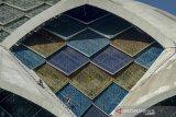Pekerja melakukan pengecatan bagian atap konstruksi proyek Masjid terapung Al Jabbar di Gedebage, Bandung, Jawa Barat, Kamis (18/7/2019). Lembaga Pengembangan Jasa Konstruksi (LPJK) Jawa Barat mencatat, sebanyak 80 persen tenaga kerja konstruksi di Jawa Barat belum mengantongi sertifikat kompetensi karena masih rendahnya kesadaran tenaga kerja konstruksi untuk mengikuti sertifikasi. ANTARA JABAR/Raisan Al Farisi/agr