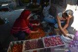 Pedagang melayani pembeli di pasar tradisional Jombang, Jawa Timur, Kamis (18/7/2019). Para pedagang cabai eceran di pasar tradisional Kabupaten Jombang mengaku kenaikan harga cabai bervariasi yang mencapai Rp65 ribu-Rp80 ribu per kilogramnya tersebut membuat banyak lapak pedagang menjadi sepi pembeli dari biasanya bisa menjual sebanyak 15 Kg per hari menjadi 8-10 Kg. Antara Jatim/Syaiful Arif/zk.