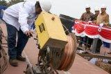 Direktur Teknik PT Pelabuhan Indonesia I (Persero) Hosadi Apriza Putra (kiri) bersama Direktur Utama PT Dok Perkapalan Surabaya (DPS) Bambang Soendjaswono (kedua kiri) dan Direktur Utama PT Industri Kapal Indonesia (IKI) Edy Widarto (ketiga kiri) meninjau pembuatan kapal tunda (tugboat) saat acara peletakan Lunas Kapal (Keel Laying) Tunda di PT Dok Perkapalan Surabaya (DPS), Surabaya, Jawa Timur, Jumat (19/7/2019). PT Dok Perkapalan Surabaya (DPS) dan PT Industri Kapal Indonesia (IKI) membangun dua kapal tunda (tug boat) yang merupakan pesanan PT Pelabuhan Indonesia I. Antara Jatim/Didik Suhartono/ZK