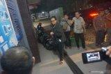 Tersangka korupsi dana penyertaan modal percetakan di Perusahaan Daerah Aneka Usaha (PDAU) Trenggalek, Tatang Istiawan (kiri) ditahan di Rumah Tahanan Trenggalek, Trenggalek, Jawa Timur, Jumat (19/7/2019). Tersangka yang berlatar pimpinan media Surabaya Pagi (PT Surabaya Sore) itu dijerat dengan pasal 2 dan 3 UURI Tindak Pidana Korupsi dengan ancaman hukuman seumur hidup dan denda maksimal Rp1 miliar karena terlibat dalam penyelewengan dana penyertaan modal pendirian perusahaan percetakan di PDAU Trenggalek tahun 2008-2010 yang merugikan keuangan negara sebesar Rp7,3 miliar. Antara Jatim/Destyan Sujarwoko/zk.