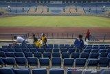 Sejumlah petugas dari TNI, Polri dan dinas terkait membersihkan tribun VIP saat aksi bersih-bersih Stadion Gelora Bandung Lautan Api (GBLA) di Gedebage, Bandung, Jawa Barat, Sabtu (20/7/2019). Aksi bersih-bersih Stadion GBLA yang diikuti oleh Dispora Kota Bandung, TNI, Polri, POL PP, PMI, Dinas Pemadam Kebakaran serta 24 komunitas di Bandung tersebut ditujukan untuk merawat Stadion GBLA setelah sebelumnya foto kerusakan beberapa bagian stadion viral di media sosial. ANTARA JABAR/Raisan Al Farisi/agr