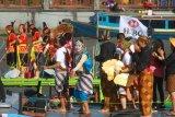 Peserta susur sungai Badan Musyawarah Perbankan Daerah(BMPD) Kalsel,di sungai Martapura, Banjarmasin, Kalimantan Selatan, Sabtu (20/7/2019).Bank Indonesia berkerjasama dengan seluruh bank di Kalsel mengadakan acara Susur Sungai Martapura dengan konsep pakaian adat indonesia dalam rangka mendukung pengembangan pariwisata Kalsel.Foto Antaranews Kalsel/Bayu Pratama S.