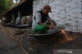 Pekerja memotong bagian tepi wajan berukuran jumbo di Desa Kebondalem, Kecamatan Bareng, Jombang, Jawa Timur, Sabtu (20/7/2019). Wajan berukuran jumbo berbahan besi bekas kapal itu dijual Rp 21.000 per kilogramnya dengan berat rata-rata satu buah wajan 50-70 Kg. Antara Jatim/Syaiful Arif/zk