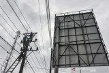 Petugas PLN memperbaiki gardu listrik saat pemadaman listrik serentak se-Pangandaran di Cikidang, Kabupaten Pangandaran, Jawa Barat, Minggu (21/7/2019). Kementerian ESDM mengatakan, subsidi listrik pada tahun 2020 diusulkan sebesar Rp58,62 triliun, turun dari subsidi tahun 2019 sebesar Rp59,32 triliun. ANTARA JABAR/Adeng Bustomi/agr