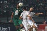 Pesepak bola Persebaya Amido Balde (kiri) menyundul bola dengan dihadang pesepak bola PS Tira Persikabo Andy Setyo Nugroho (tengah) dan Khurshed Beknazarov (kanan) saat pertandingan Liga 1 2019 di Stadion Gelora Bung Tomo, Surabaya, Jawa Timur, Minggu (21/7/2019). Persebaya imbang lawan PS Tira Persikabo dengan skor akhir 1-1. Antara Jatim/Moch Asim/zk.