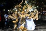 Model mengenakan kostum karnaval yang akan dipakai pada Festival Banyuwangi Ethno Carnival di Banyuwangi, Jawa Timur, Minggu (21/7/2019). Banyuwangi Ethno Carnival merupakan satu dari tiga festival di Banyuwangi yang masuk dalam kalender 100 top even nasional itu, akan digelar pada 27 Juli 2019. Antara Jatim/Budi Candra Setya/zk.