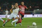 Pesepak bola Bali United Paulo Sergio (kanan) berebut bola dengan pemain PSS Sleman Gufran Rachmadhan dalam pertandingan Sepak Bola Liga 1 2019 di Stadion I Wayan Dipta, Gianyar, Senin (22/7/2019). Bali United menang atas PSS Sleman dengan skor 3-1. ANTARA FOTO/Nyoman Budhiana.