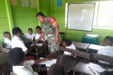 Prajurit TNI mengajar anak-anak Papua di SD Mandiri Jaya