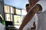 CEGAH PENYEBARAN RABIES. Petugas Puskeswan Dinas Peternakan Provinsi Banten menyuntik seekor kucing dengan vaksin anti rabies di Serang, Banten, Senin (22/7/2019). Guna mencegah penyebaran penyakit rabies Pemda setempat mencanangkan vaksinasi rabies secara gratis untuk hewan peliharaan seperti kucing dan anjing. ANTARA FOTO/Asep Fathulrahman/ANTARA FOTO/ASEP FATHULRAHMAN (ANTARA FOTO/ASEP FATHULRAHMAN)