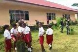 Satgas Yonif 126/KC ajak pelajar SD Arso bersihkan lingkungan sekolah