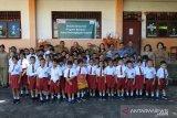 Alfamart serahkan donasi Konsumen Peduli Pendidikan di Sulut