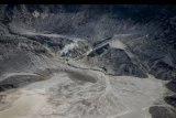 Kepulan asap keluar dari Kawah Ratu Gunung Tangkuban Parahu di Kabupaten Bandung Barat, Jawa Barat, Selasa (23/7/2019). Berdasarkan hasil rekaman seismograf pos pengamatan PVMBG Tangkuban Parahu mencatat, pada 21 Juli 2019 terpantau terjadi 425 kali gempa hembusan Gunung Tangkuban Parahu serta kegempaan tremor harmonik berjumlah dua kali dengan amplitudo 1.5-2 mm serta durasi 44-45 detik. ANTARA FOTO/Raisan Al Farisi/nym.