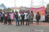 Demonstran minta kejaksaan tangkap Bupati Tolikara