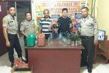 Polisi sita puluhan botol miras alkohol di sejumlah warung