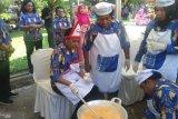 Sambil bergoyang istri Gubernur se-Indonesia adu kepiawaian memasak rendang