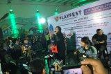 Grup musik Kotak dan Dead Bachelors ngamen di terowongan Sudirman
